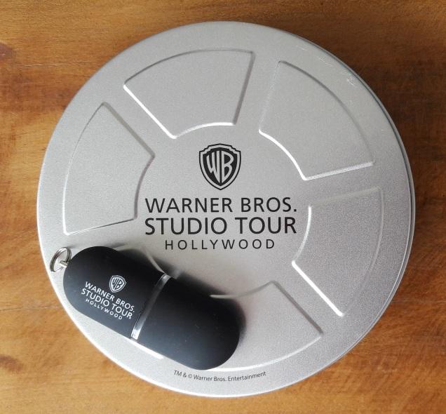 o pen drive com o filme editado vem numa caixinha metálica como dos filmes antigos