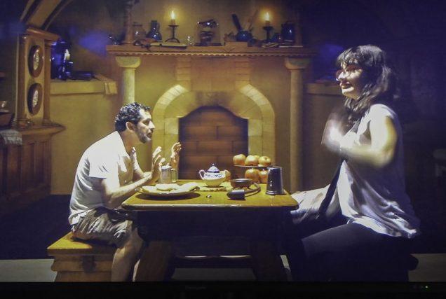 O truque do filme O Senhor dos Anéis: Galdalf enorme perto do hobbit, no Studio Tour da Warner