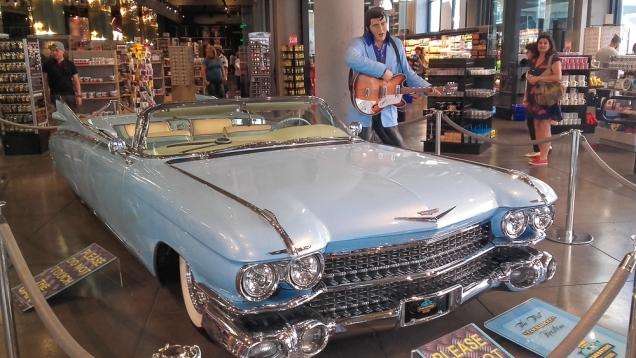 O cadillac azul de Elvis Presley está na entrada na loja LA LA Land