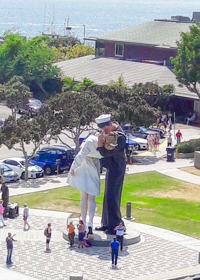 a estátua Unconditional Surrender, vista da plataforma de lançamentos do USS Midway