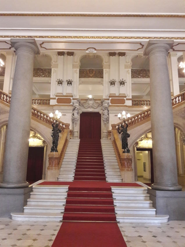 A escadaria do saguão nobre