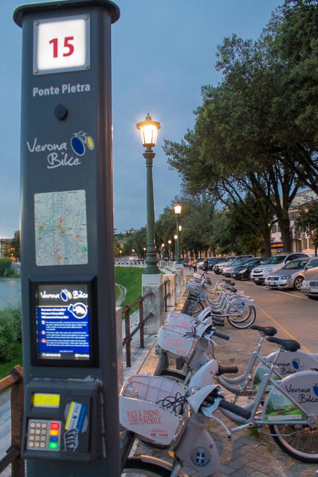 bikes para empréstimo, do outro lado da ponte Pietra