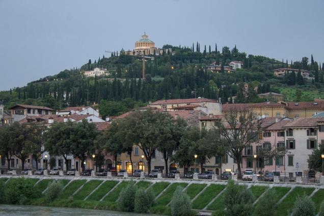 No alto da Colina, o Santuário Na. Sra. de Lourdes observa Verona