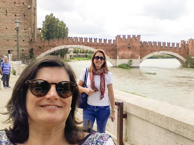 Nós, atrás do Arco dei Gavi