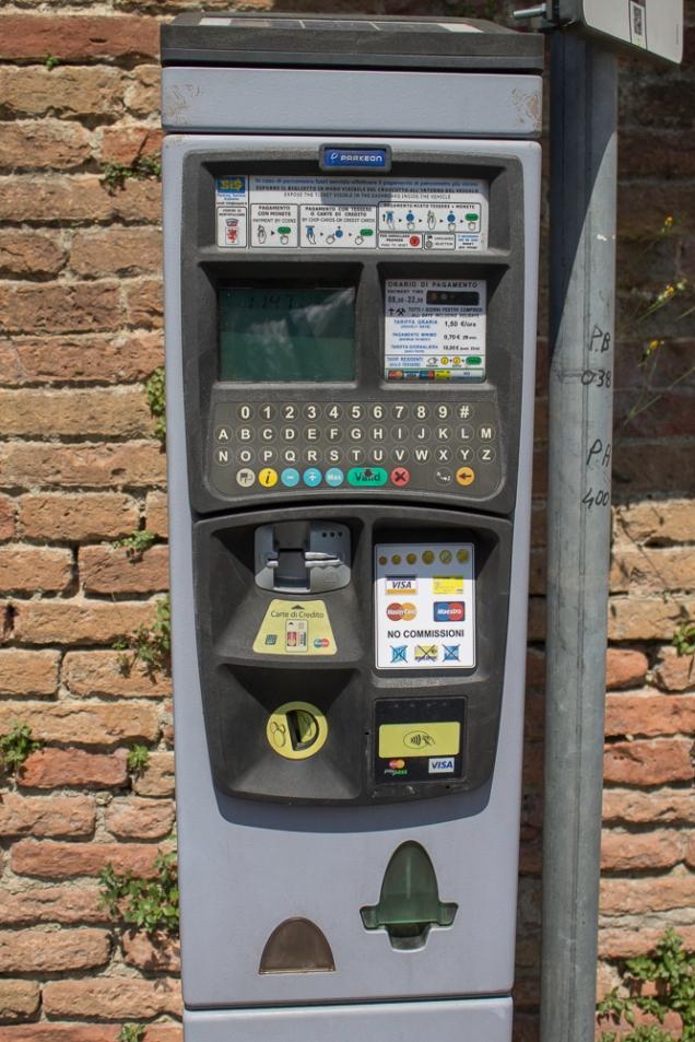 para imprimir seu tíquete do estacionamento, em Montalcino