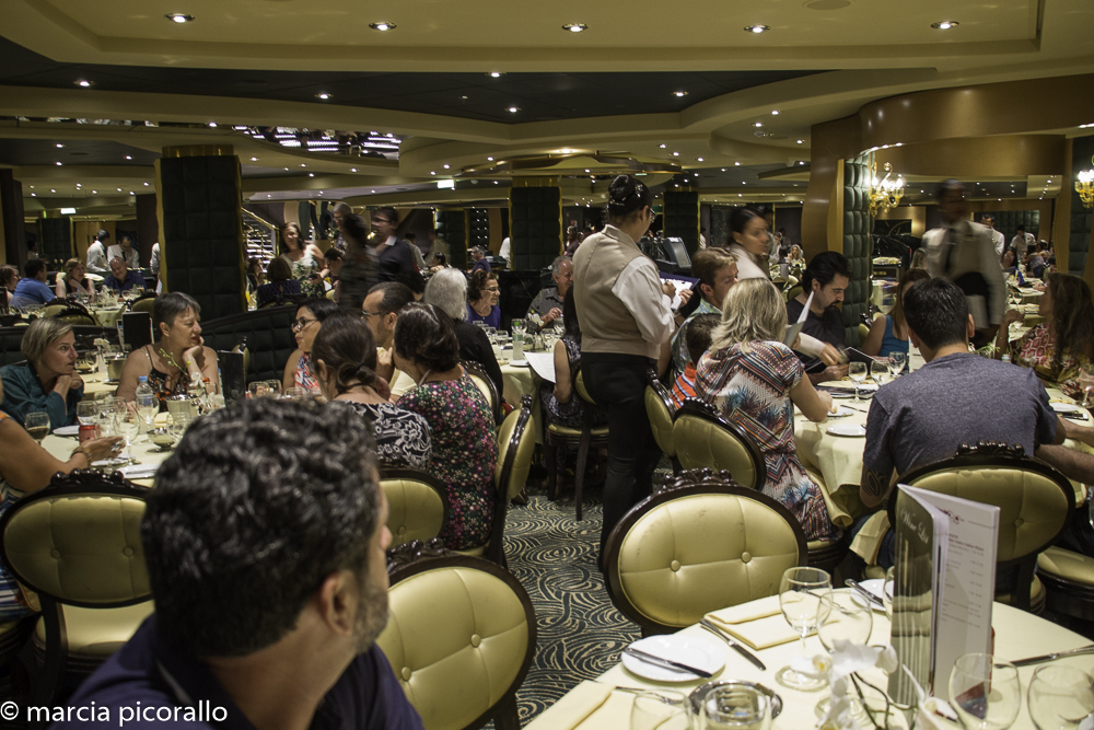 como é um cruzeiro restaurantes no navio